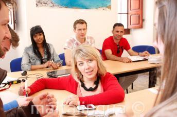 Uma professora de inglês dando aula na escola em Malta