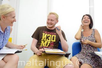 Alunos rindo e divertindo-se durante a aula
