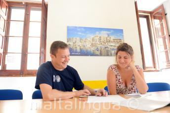 Um professor dando uma aula particular de inglês na nossa escola em Malta