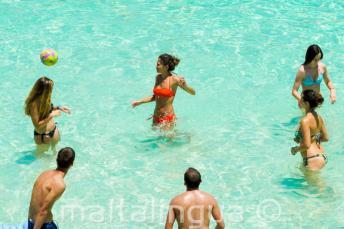 Alunos da escola jogando vôlei em Blue Lagoon, Malta