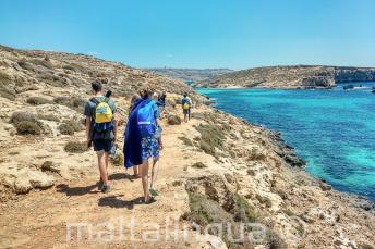 Estudantes de língua inglesa andando em Blue Lagoon