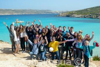 Um grupo de alunos indo para um passeio para Comino, Malta
