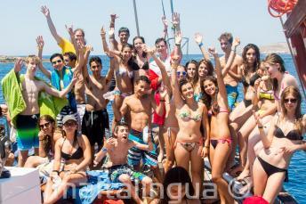 Grupo de alunos da escola de idiomas para júnior em um passeio de barco