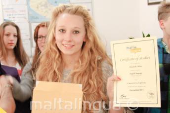 Junior alunos de lingua com cerficado de curso de inglês