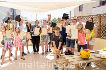 Um grupo de estudantes de inglês que completaram o curso de línguas