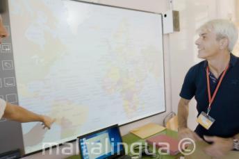 Um professor de inglês olhando para o quadro