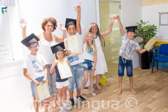Crianças com certificado de conclusão do curso de inglês