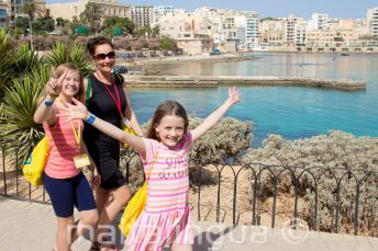 Crianças do programma de inglês andando com professor