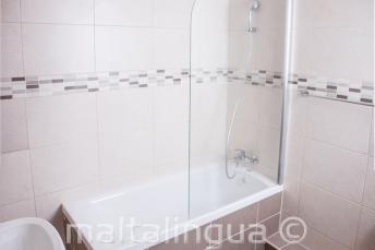 Escola apartamento banheiro em St Julians