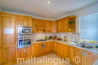 Cozinha equipada no apartamento compartilhado da escola de lingua