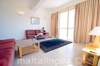 Sala espaciosa no apartamento compartilhado
