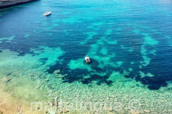 Vista da baía em Malta com águas claras