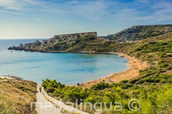 A vista da praia arenosa em Mellieha, Malta