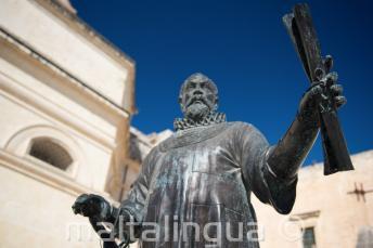 Estátua de um homem segurando algo em Malta