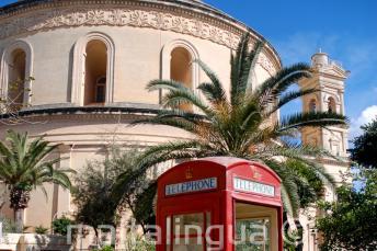 Cabines telefónicas vermelhas em frente de Mosta Rotunda