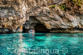 Agua azul em Blue Grotto, Malta.