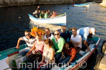 Alunos prontos para um passeio em barco para Blue Grotto.