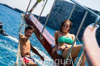2 alunos que descansam no barco em Comino, Malta