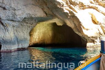 O interior de uma caverna em Blue Grotto