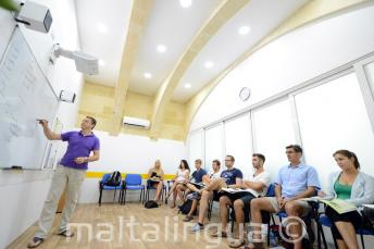 Sala de aula con ar-condicionado na escola de lingua em Malta