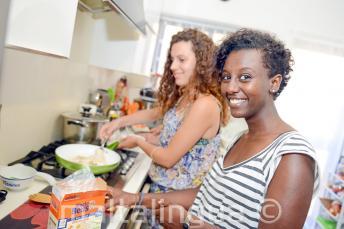 Um aluno ajudando sua família de acolhimento a fazer o jantar