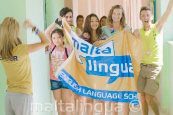 Um grupo de alunos segurando a bandeira durante o Verão Campus