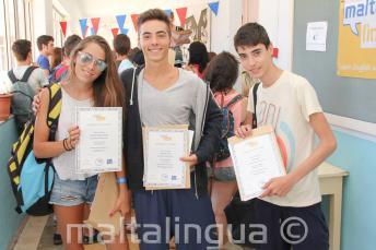 3 alunos com certificado de conclusão de curso