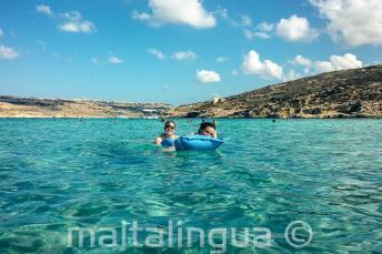 Alunos de escola de línguas nadando em Blue Lagoon em Comino