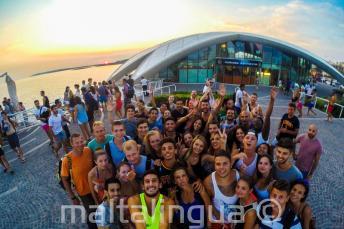 Alunos de inglês indo para uma festa em Cafe del Mar
