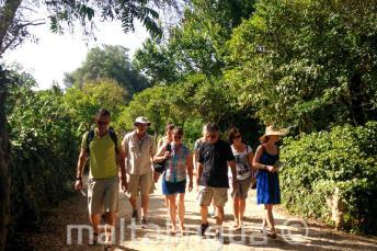 Alunos de inglês fazando uma excursão guiada no campo maltês