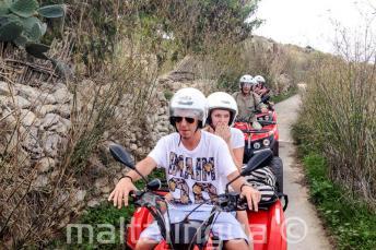 Alunos passeio de quad em Gozo