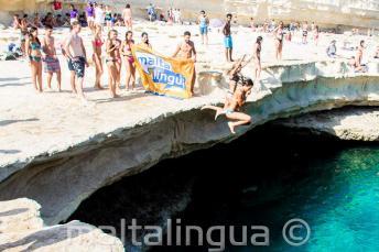 Maltalingua Escola de inglês saltando em St Peter's Pool