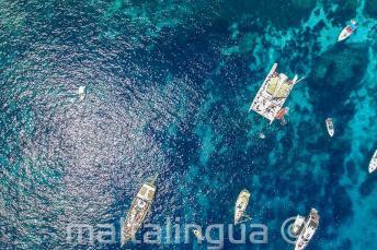 Foto aérea de barcos em Crystal Bay, Comino