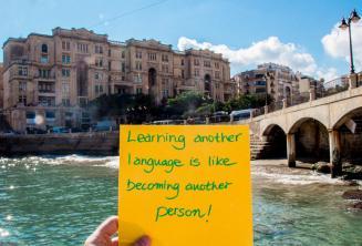 Aprender outro idioma é como se tornar outra pessoa. At Balluta Bay, St Julians