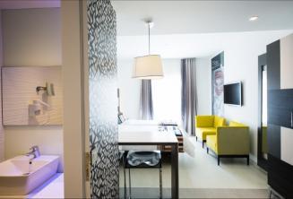 Banheiro e sala de estar em Valentina hotel