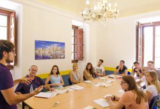 Um professor falando aos alunos de inglês