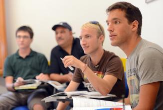 Alunos de línguas escutando a aula