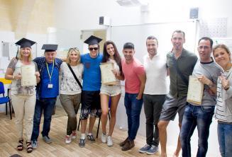 Alunos de escola de inglês com certificados de conclusão do curso