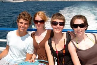 Uma familia desfrutando um passeio de barco