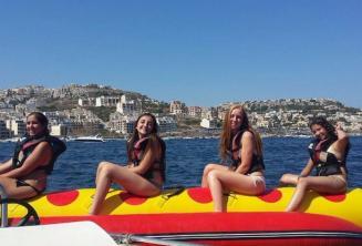 4 meninas em um barco de banana