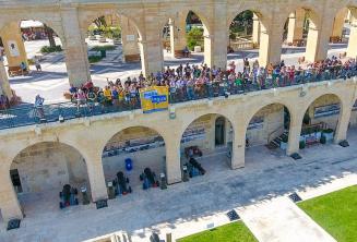 Maltalingua alunos acenando de Upper Barrakka, Valletta