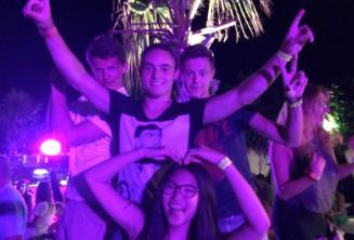 4 alunos dançando na festa de boas-vindas