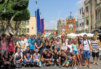 Alunos da escola de inglês em uma festa em Malta