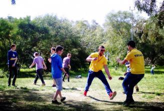 Alunos jogando no Kennedy Grove parque perto da nossa escola para juniores