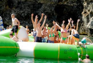 Alunos da escola no parque aquático em Malta