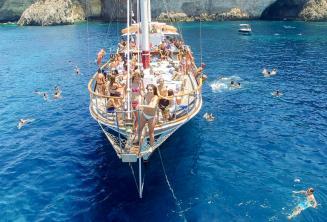 Alunos de inglês em um passeio de barco preparando-se para pular no mar em Malta