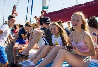 Jovens alunos aproveitando de uma viagem escolar