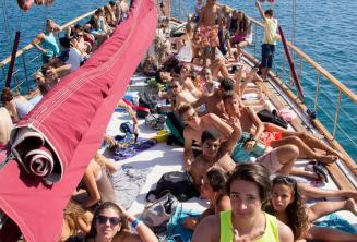 Alunos bronzeando em um barco