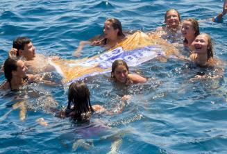 Líder do grupo nadando com estudantes