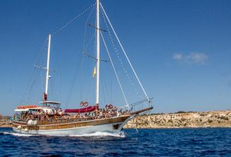 O barco da Maltalingua indo para Comino